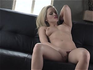 Alexis Texas luvs thumping her fingers in and out of her slimy cootchie